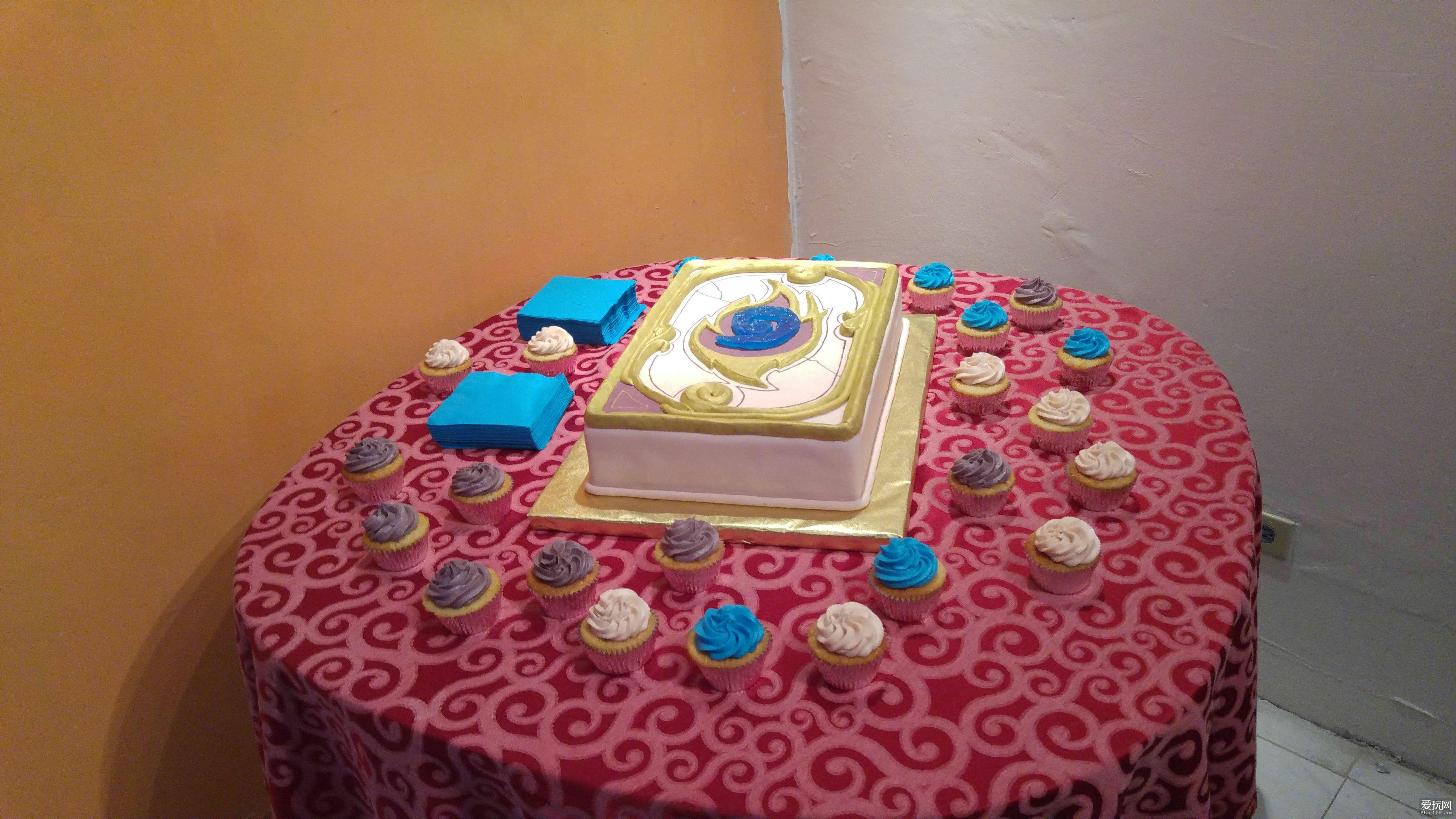 牛人在民间!玩家制作炉石卡背生日蛋糕