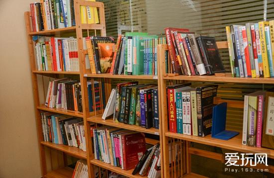 工作室的书架,堆满了各种书籍